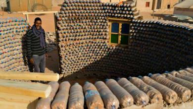 Photo of شاب جزائري يبني منازل بالقارورات البلاستكية في الصحراء