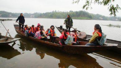 Photo of ينقل تلاميذه للمدرسة بالقارب منذ 20 سنة