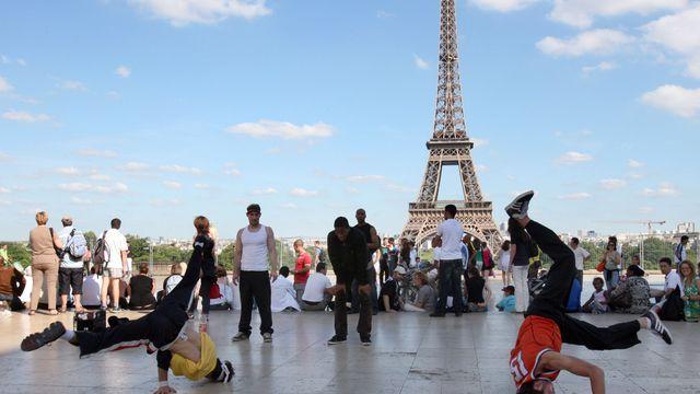 "Photo of شباب جزائريون يقدمون عروضا ""خيالية"" في شوارع باريس"
