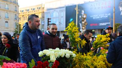 Photo of شباب جزائريون يبيعون الورود في باريس
