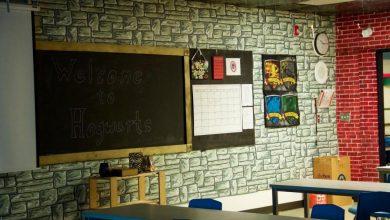 صورة معلم يصمم عالم هاري بوتر لتشجيع تلاميذه
