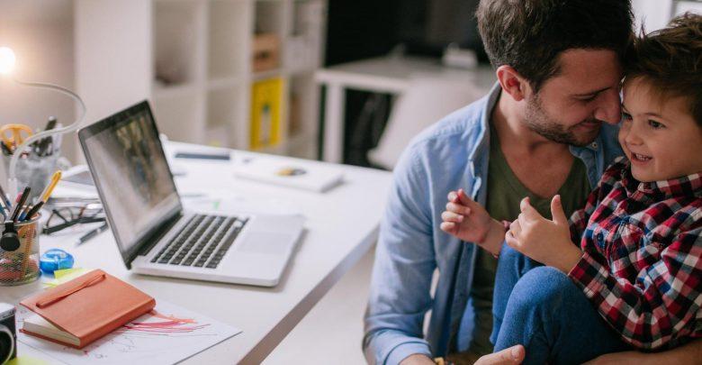 Photo of آباء يكتبون رسائل إلكترونية لأبنائهم لقراءتها في المستقبل