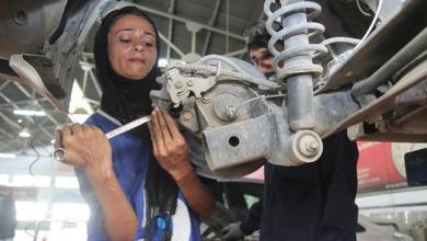 Photo of شابة تتحدى المجتمع وتعمل في تصليح السيارات لاعالة عائلتها