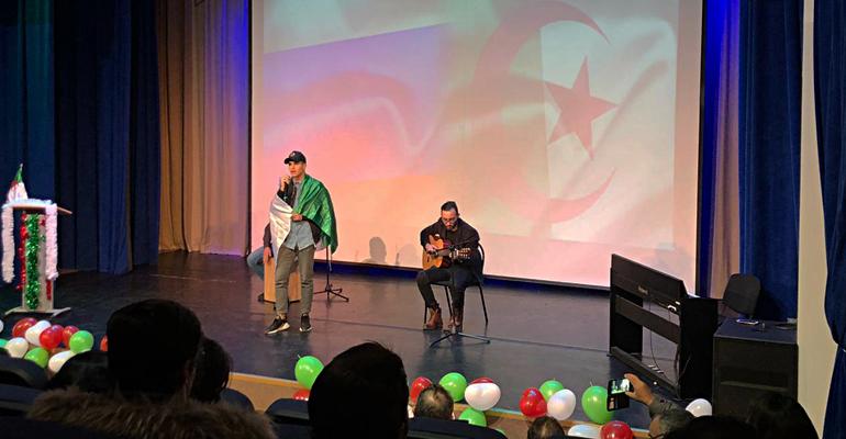Photo of طلاب جزائرييون يحملون راية الثقافة الجزائرية في موسكو
