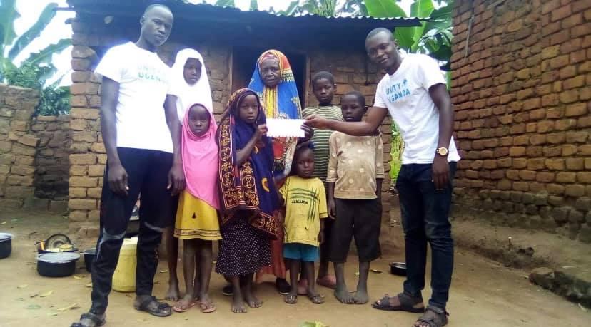 """عائلة فقيرة في أوغندا تتلقى راتبها من منظمة باديس دياب """"يونيتي"""""""