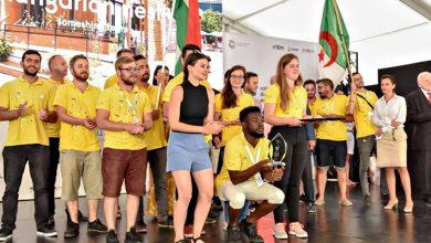 طلاب جزائريون رفقة طلاب مجريين، خلال مسابقة البيوت البيومناخية، 2019 (الجزيرة نت)