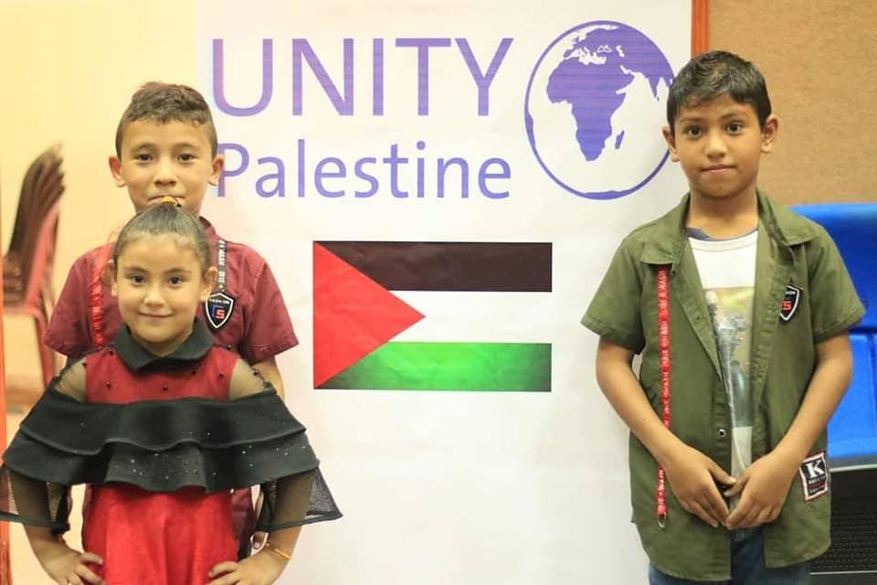 """اطفال غزة سعداء بعد تلقيهم مساعدات من منظمة """"يونيتي"""""""