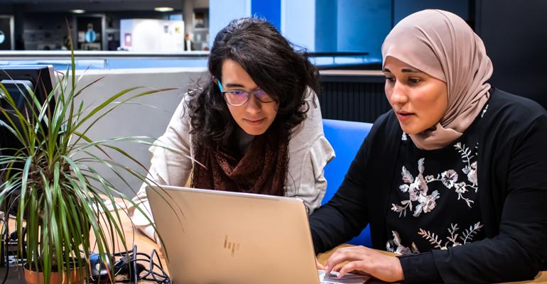 صبرينة عمروش ودليلة سليماني طالبتان جزائريتان تطلقان منافسة للذكاء الإصطناعي من جنيف